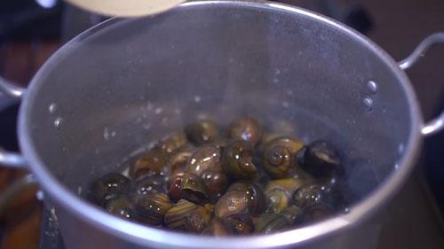 Ốc om chuối đậu thơm bùi cho ngày đầu tuần